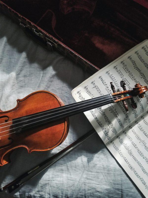 Geige liegt auf Noten